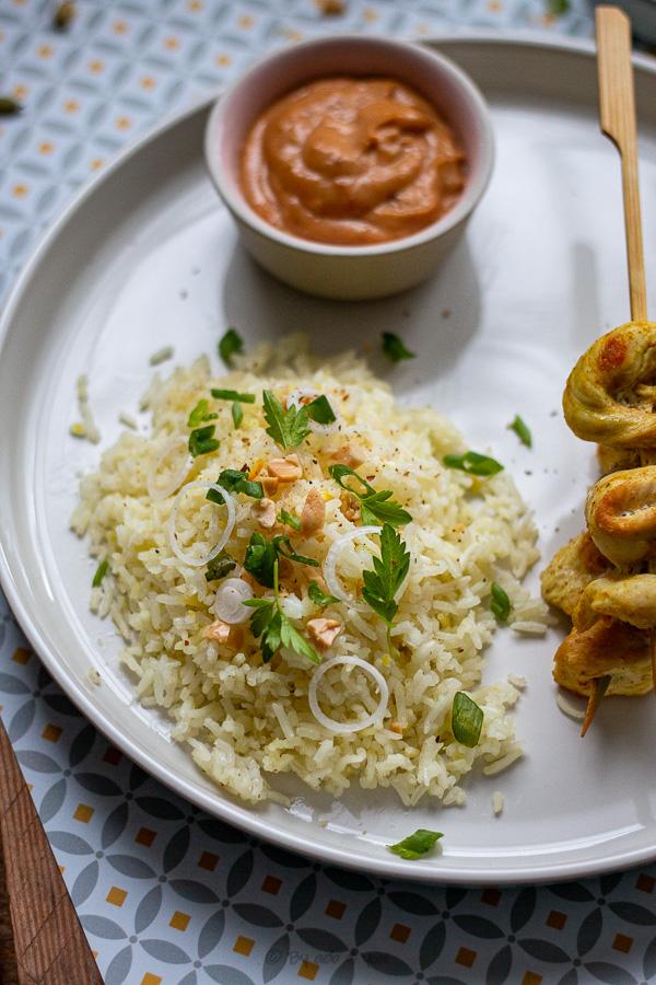 Brochettes de poulet sauce satay et riz parfumé