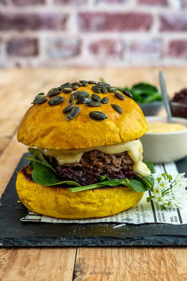Burger au salers AOP, oignon rouge, épinard et buns au curcuma