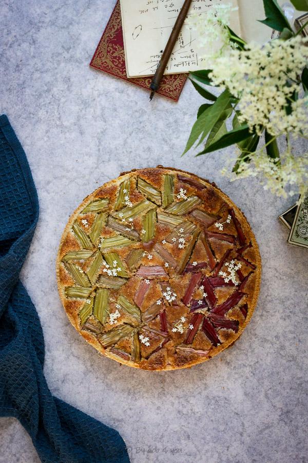 Tarte graphique à la rhubarbe, crème d'amande et sureau