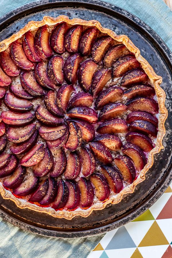Tarte aux prunes rouges, bananes, coco et cannelle