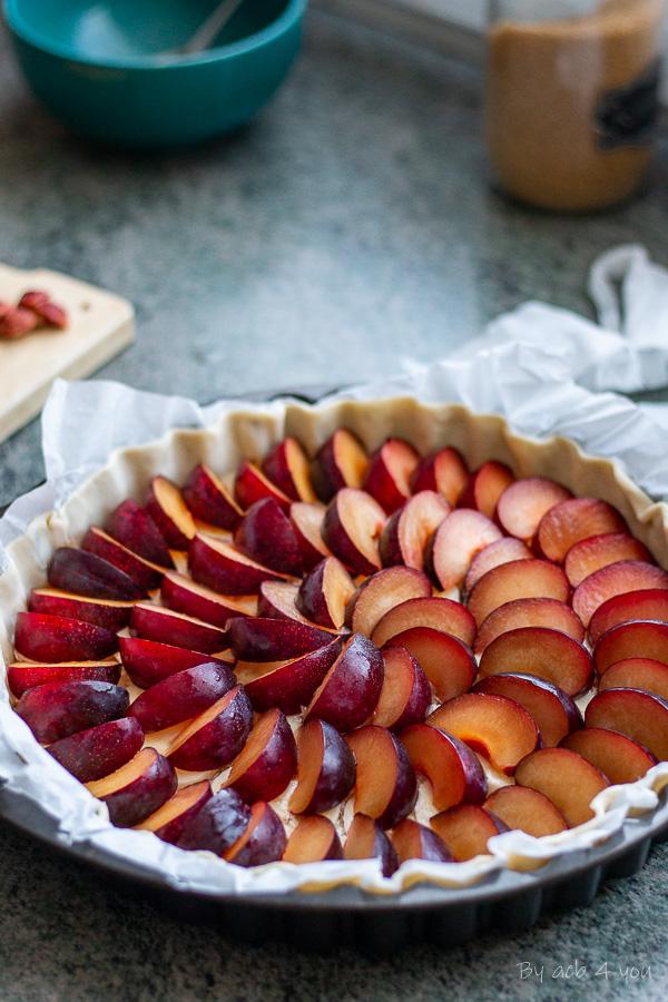 Tarte fine aux prunes rouges, bananes et noix de coco